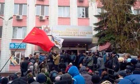 Las masas obreras de Donetsk con su símbolo máximo, la bandera de la URSS, se hacen dueñas de las oficinas del Ministerio del Interior.