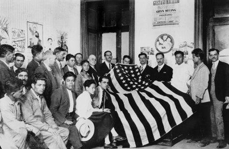Gustavo Machado, vuelve con al bandera de los invasores estadounidenses que fue arrebatada por los sandinistas en el heroico combate de El Zapote el 14 de Mayo de 1928