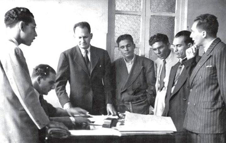En las oficinas del Ministerio del Trabajo, defendiendo los intereses de los obreros, de Izquierda a Derecha: Jesús Faria, Max García, Manuel Taborda, Millán y Pedro Ortega Diáz